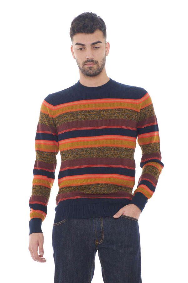 Un maglione colorato e confortevole, realizzato in un misto di cotone e lana, quello firmato Scotch & Soda. Perfetto per outfit quotidiani, sempre curati e impeccabili.  Il modello è alto 1,80m e indossa la taglia M.