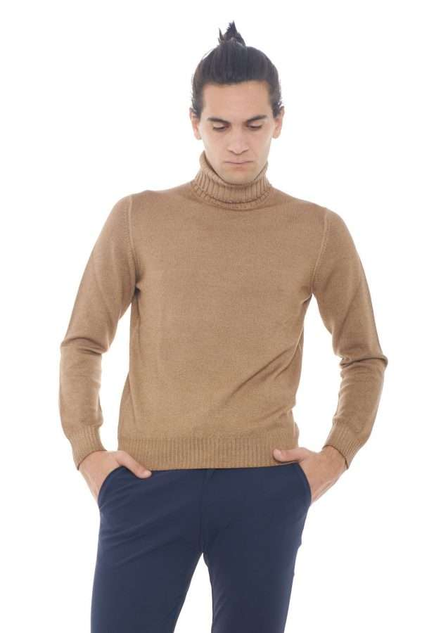 Scopri la nuova maglia a collo alto in pura lana vergine firmata dalla collezione uomo Tagliatore. Calda e dalla colorazione più amata si impone su ogni look. Indossata con un pantalone o con una giacca è perfetta per la stagione invernale.