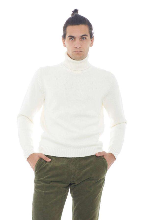 Semplice e dalla linea minimal il nuovissimo delcevita proposto per la linea uomo autunno inverno di Zanone. Da abbinare con look essenziali si impone per la sua versatilità e la classe del Made in Italy. perfetta con un pantalone o con un jeans è sempre una soluzione perfetta.