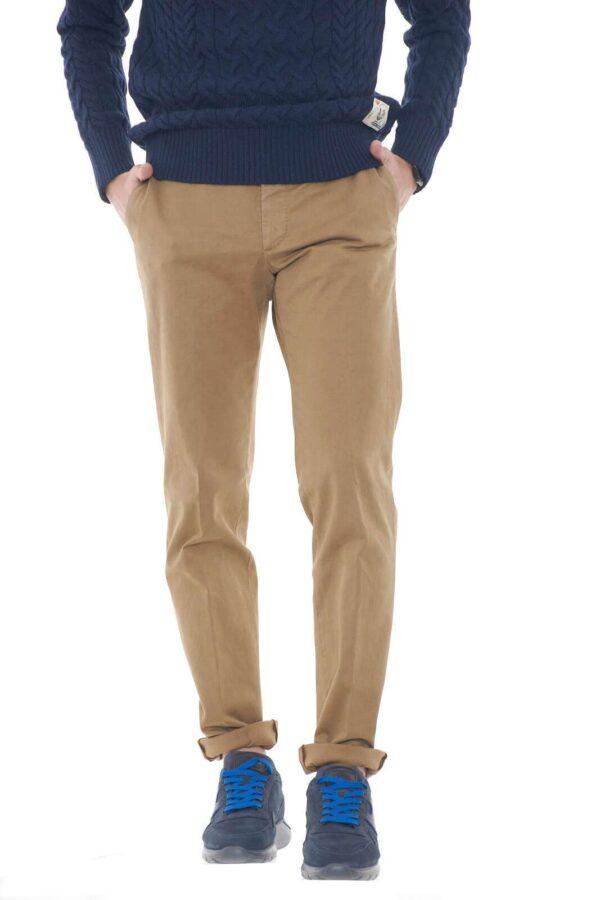 Un pantalone dal taglio chino quello firmato dalla collezione uomo Incotex. Da abbinare con una giacca in contrasto di colore o con una maglia è perfetto sia perlook formali che non. Scopri il lusso in gabardina di cotone.