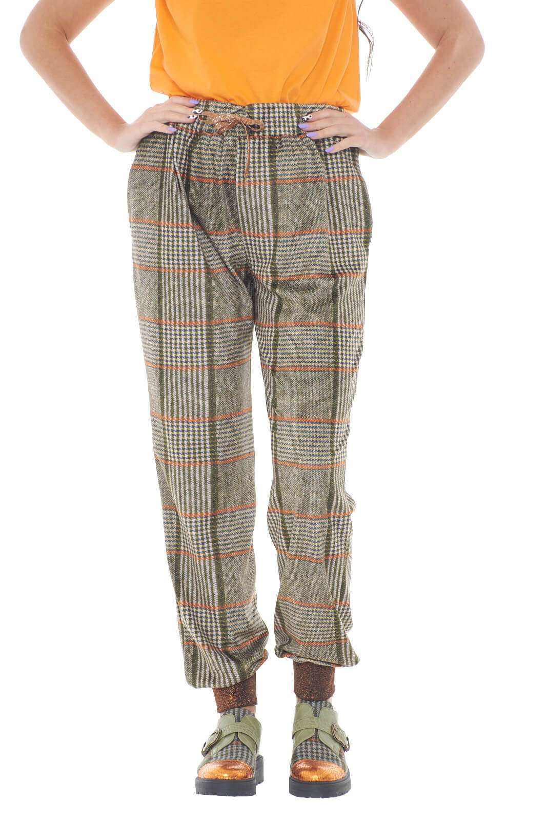 Un pantalone che con i suoi colori, regalerà uno stile vivace e sgargiante ad ogni outfit. Questo firmato Kontessa, infatti, con la sua fantasia geometrica in vari colori, renderà facile ogni abbinamento con bluse o maglie colorate, per un look pieno di colore.  La modella è alta 1,78m e indossa la taglia S.