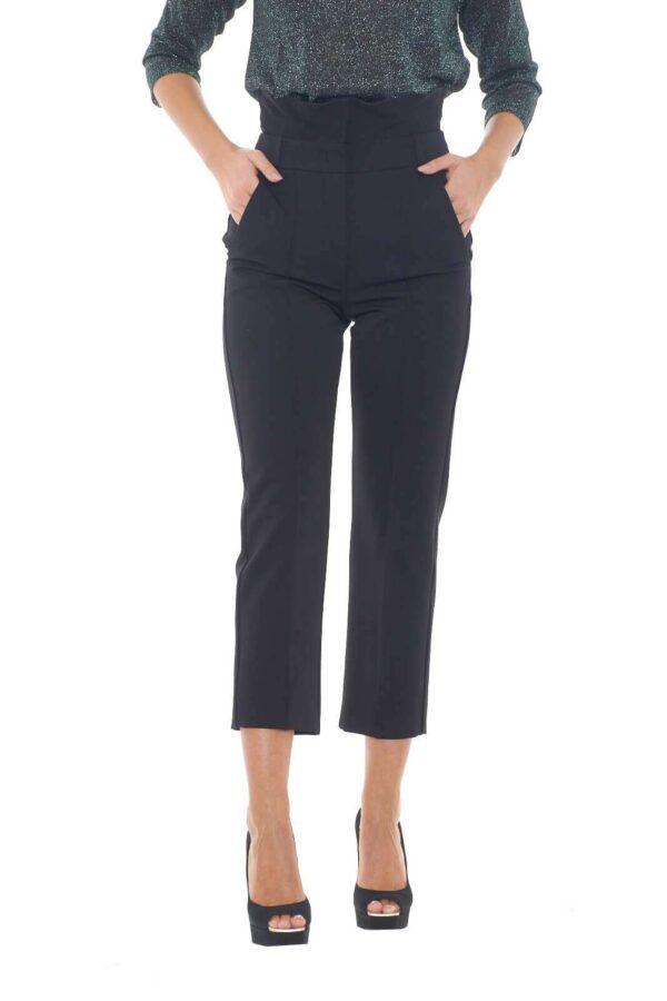 Fashion e contemporanei, i nuovi pantaloni Vicini firmati dalla collezione Weekend Max Mara incontrano tutti i gusti. La linea semplice alla caviglia è impreziosita da una maestosa vita alta con rouches per renderlo estremamente elegante. Si abbina con una maglia o un body per rendere perfetta la propria silhouette.