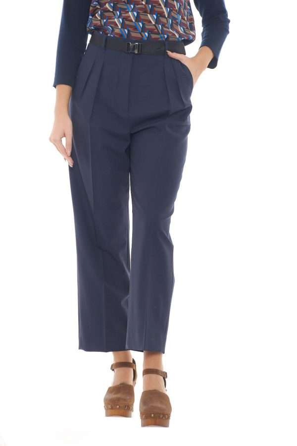 Scopri il nuovo pantalone donna wide leg firmato dalla collezione donna Weekend Max Mara. Il modello Orione si presenta con una vestibilità morbida e la vita alta per un look fashion e femminile. Il tessuto in misto lana è caldo e confortevole per un risultato unico in ogni occasione.
