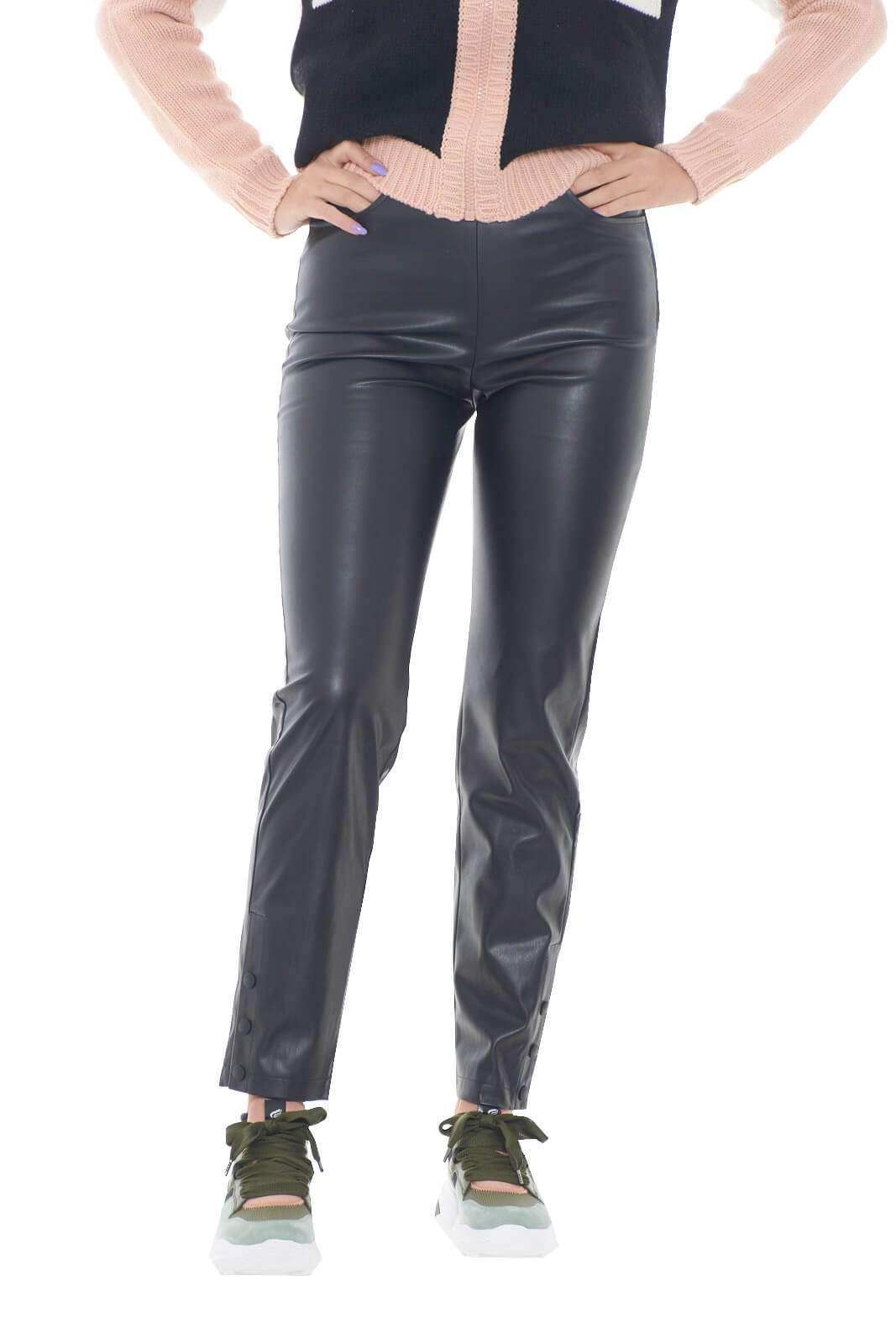 Un pantalone trendy e versatile quello firmato dalla new collection autunno inverno di Patrizia Pepe. Da indossare con maglie lunghe o con blazer, garantisce un tocco di femminilità ad ogni look. I bottoni a pressione sul fondo lo rendono speciale.