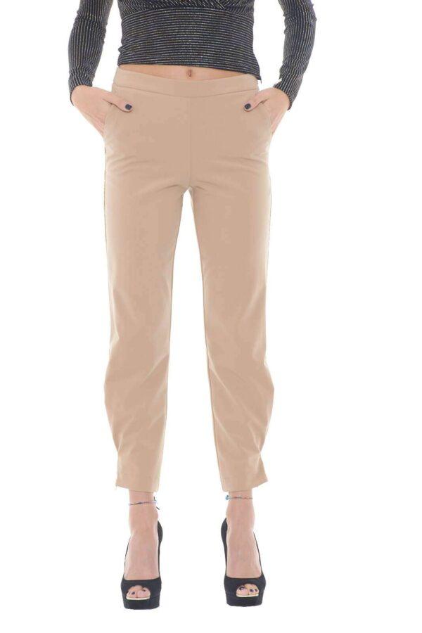 Un pantalone dal look versatile, perfetto per ogni abbinamento, da quello più casual, con una semplice t shirt o un maglioncino, fino a quello più formale, con bluse o camicie. Il piping con effetto lurex, è il dettaglio principale del capo, per un tocco chic e ricercato davvero trendy. Per la donna che ama provare sempre nuovi look.  La modella è alta 1,75m e indossa la taglia 40.