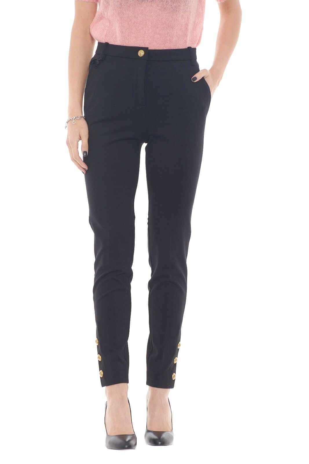 Scopri il nuovo pantalone in punto stoffa Lamberto proposto dalla collezione donna autunno inverno di Pinko. Un capo raffinato e da indossare sia per occasioni formali che non. Esalta la linea con un tacco vertiginoso per un look fashion.