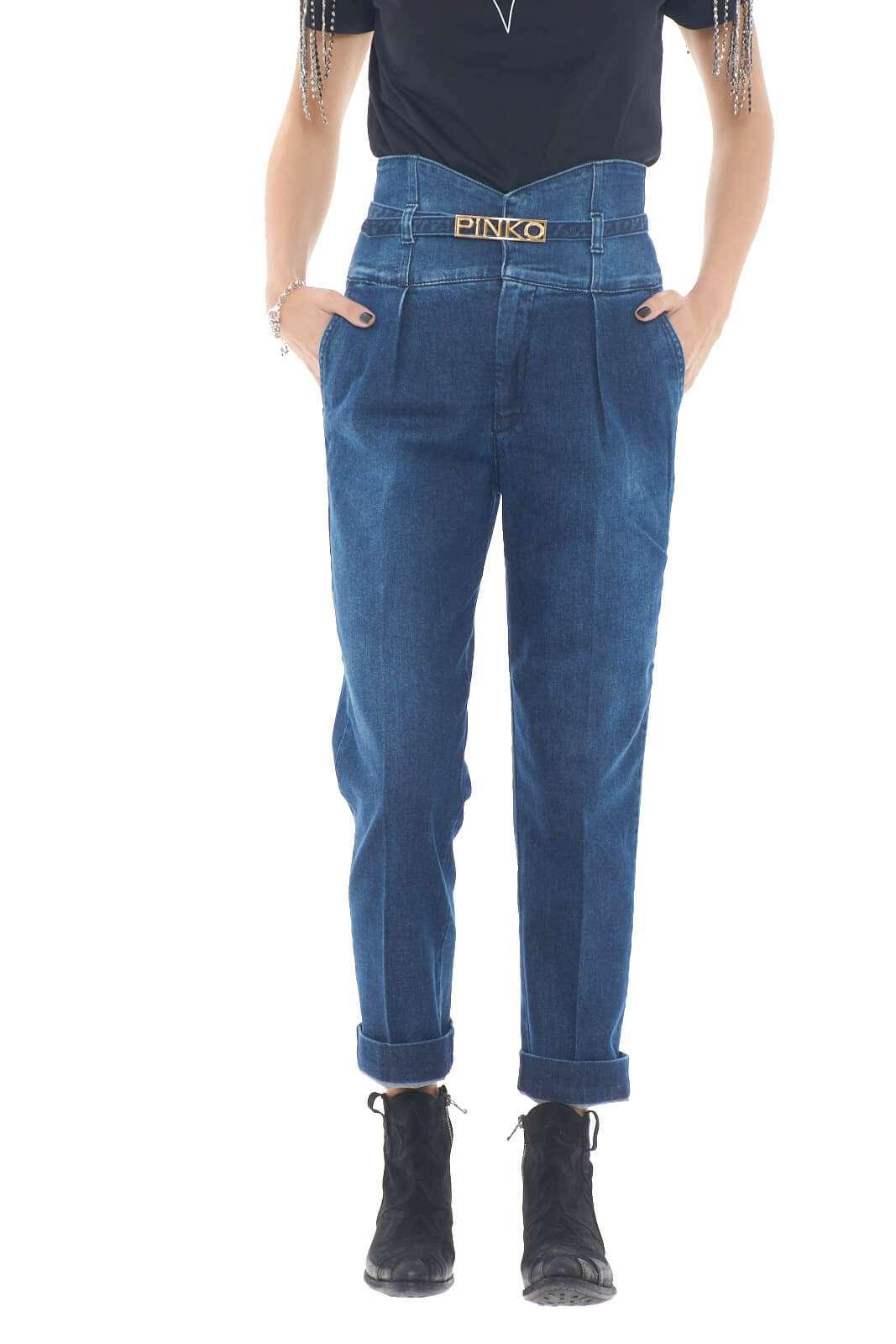 Caratterizzati dalla vita alta, i nuovi jeans Ariel 3 proposti dalla collezione Pinko si impongono per i ricchi dettagli.  La vita alta è rifinita con la cintura removibile riportante il logo del brand a definirre la linea e renderli iconici.  Un modello slouchy caratterizzato dalla tasche america e dalle tasche posteriori a doppio filetto per unire casual e stile.