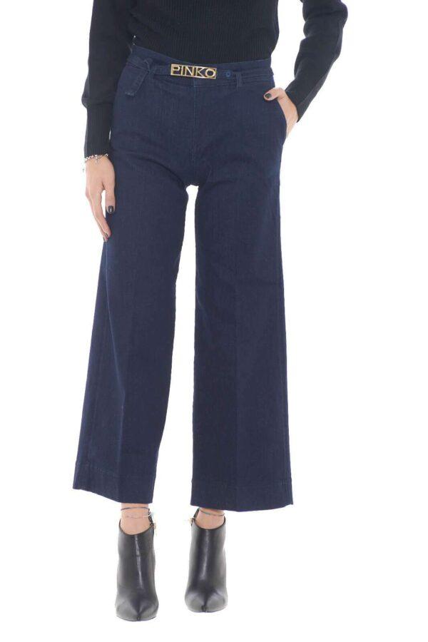 Un jeans dal taglio pantalone a palazzo per la new collection donna Pinko.  Da abbinare con ogni stile colpisce per il suo stile minimal e fascinoso.  Da indossare con l' iconica cintura, si abbina sia ad outfit casual che formali.
