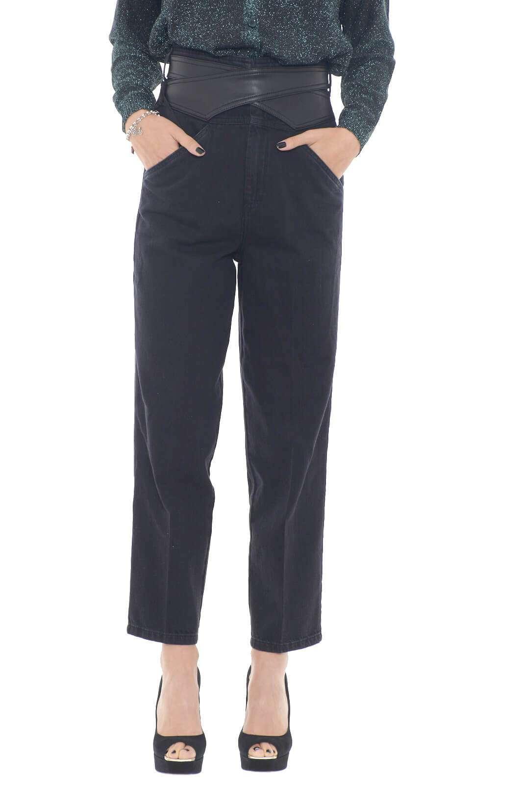 Glamour e dal fascino ineguagliabile il nuovo jeans Pinko dalla vita alta con inserto in similpelle.  La vestibilità morbida e il tessuto denim lo rendono confortevole e adatto con ogni stile.  Perfetto con un top o con una maglia per vivere con stile il look quotidiano.
