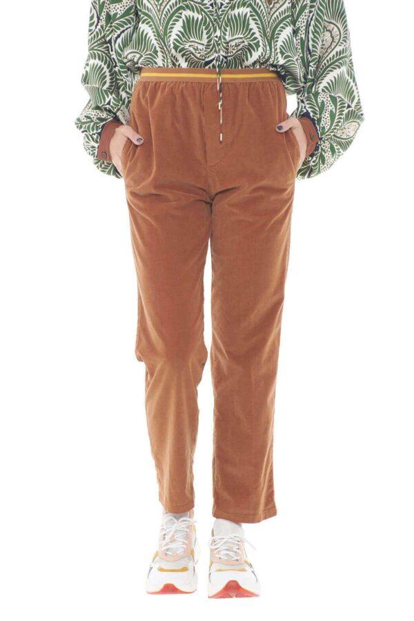 Un pantalone semplice e pratico, perfetto per outfit da tutti i giorni, quello firmato True Nyc. Le costine di velluto, regalano un tocco vintage, sempre di moda, mentre il taglio al polpaccio, lo rende attuale e trendy.  La modella è alta 1,78m e indossa la taglia S.
