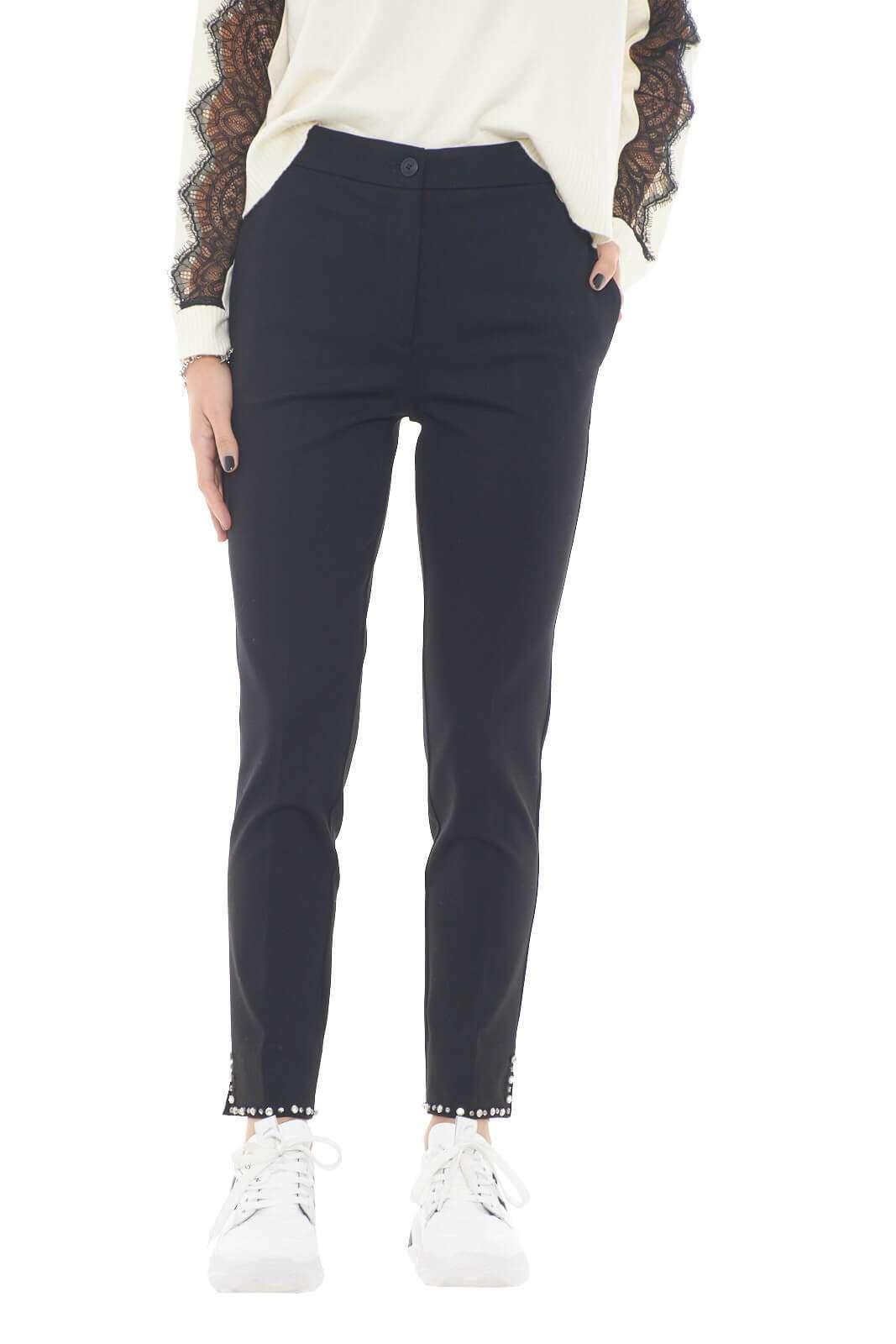 Dal tessuto confortevole, il nuovo pantalone Twinset Milano firmato per la collezione autunno inverno donna reinventa ogni stile. Il fondo con spacchetti e rifinitura in strass lo caratterizza per indossarlo sia in occasioni formali che non. Un capo passe partout per le fashioniste.