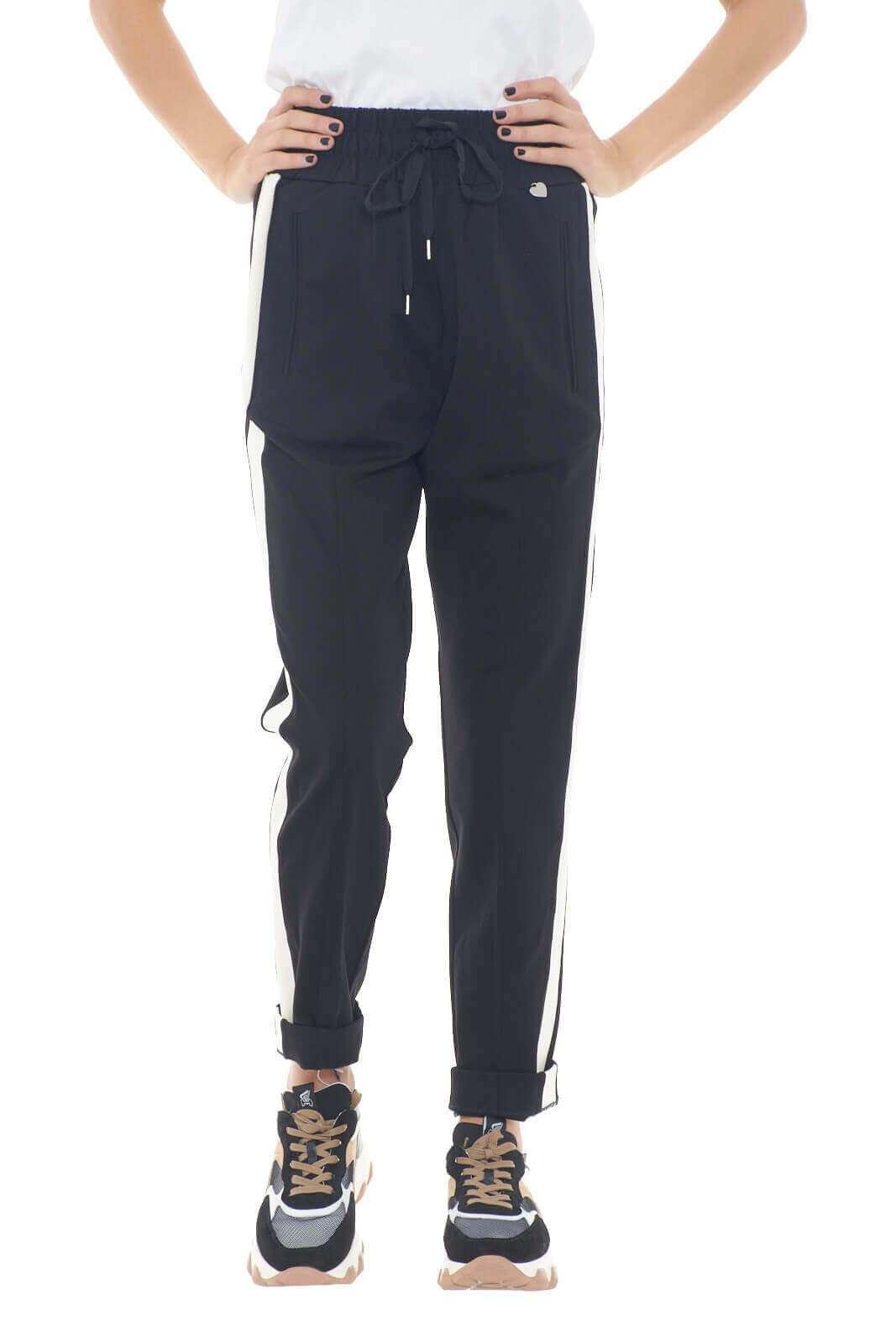 Sportivo e accattivante il pantalone proposto dalla nuova collezione Twinset Milano. caratterizzato dalla fascia elastica in vita e dalle bande laterali, è un vero e proprio essential. Un capo sportweare indicato da abbinare sia con una sneakers che con un tacco alto, per rendere il proprio look iconico e raffinato.