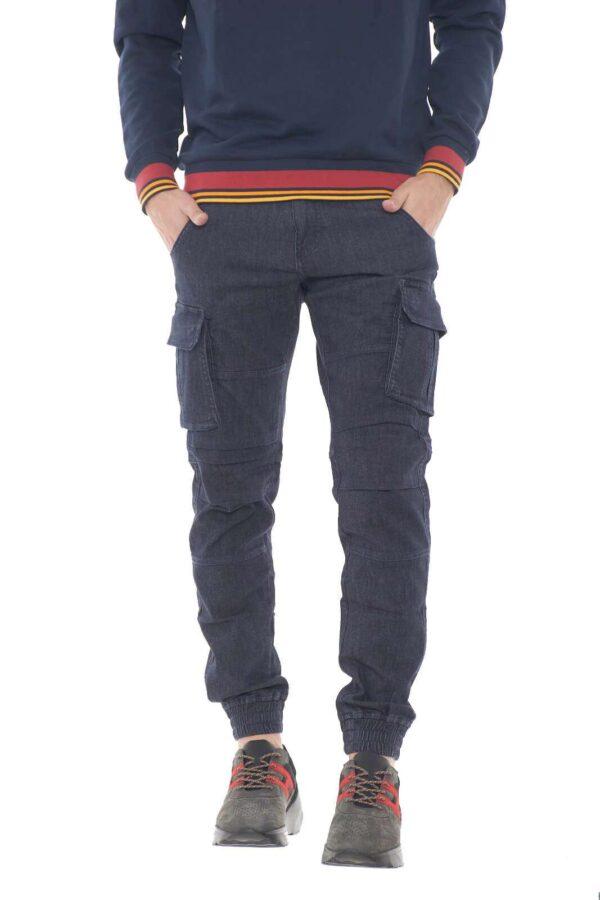 Un pantalone cargo iconico e casual, perfetto per outfit giovanili e sbarazzini. Estremamente pratico grazie alle numerose tasche a disposizione, sarà ideale per look veloci e versatili. Il modello è alto 1,80m e indossa la taglia 32.