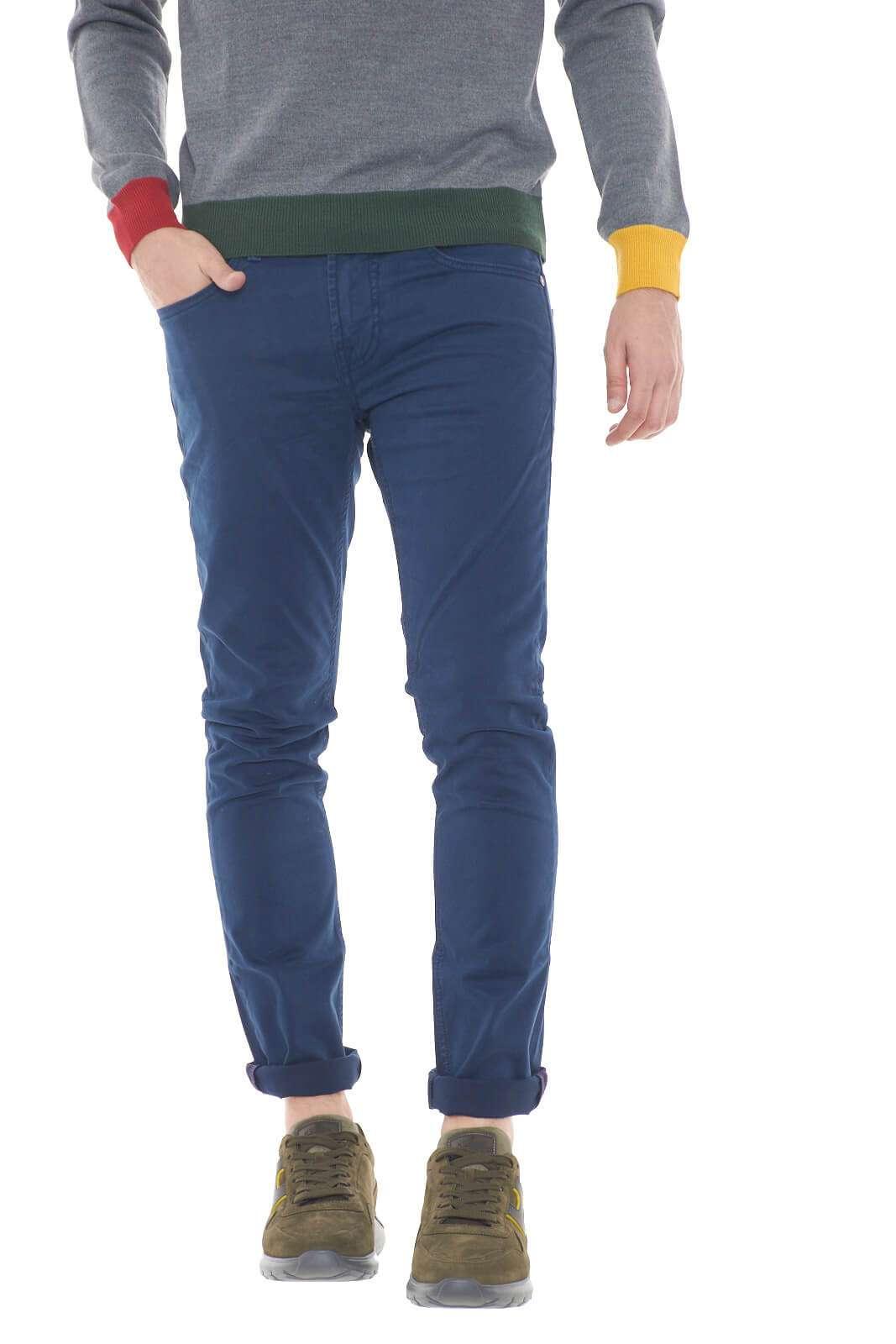 Una pantalone dal look universale quello di Guess Los Angeles. La tinta unita, e il taglio classico, lo rendono facilmente abbinabile sia a t shirt e maglie, che a camicie eleganti, per outfit versatili e mai scontati. Il modello è alto 1,80m e indossa la taglia 32.