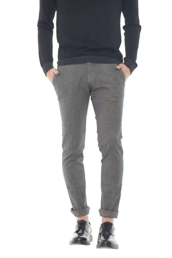 Un pantalone garanzia di eleganza, perfetto per le occasioni più eleganti, dove con una semplice camicia, conquisterai per il tuo stile. Realizzato in cotone, risulterà comodo e morbido sulla gamba. Per l'uomo che ama capi curati e ricercati..  Il modello è alto 1,80m e indossa la taglia 32.