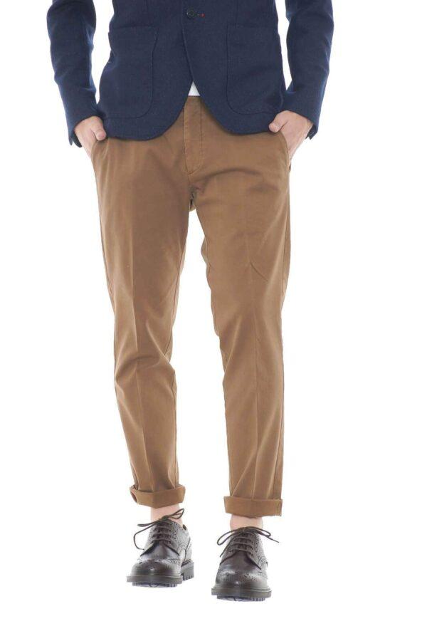 Per l'uomo che ama pantaloni eleganti ed impeccabili, sempre al passo con le tendenze, il Michael Coal BRAD 2468 sarà l'ideale. Modello capri,per una vestibilità senza eccessi, dritta e aderente alla gamba. Per outfit davvero all'ultimo grido.  Il modello è alto 1,80m e indossa la taglia 34.