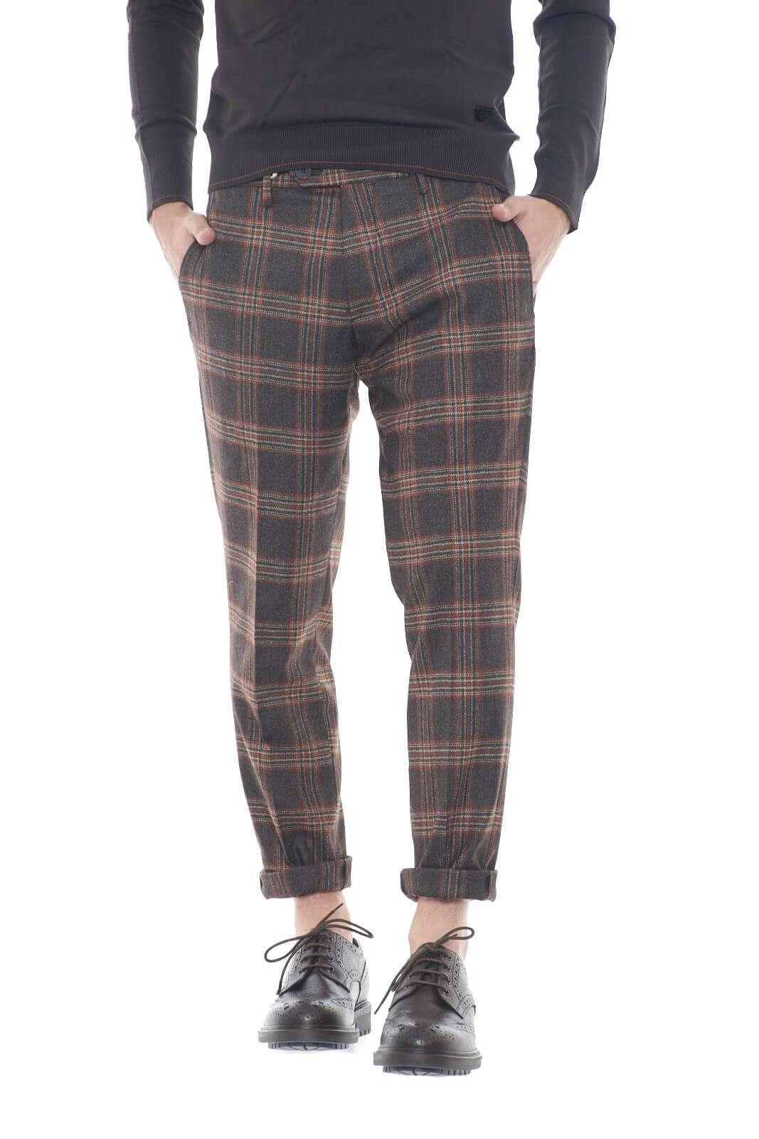 Un pantalone chic ed eclettico, perfetto per l'uomo che ama look stravaganti e moderni. La fantasia a quadri, lo rende unico nel suo genere, e donerà stile ad ogni outfit che indosserai.  Il modello è alto 1,80m e indossa la taglia 34.