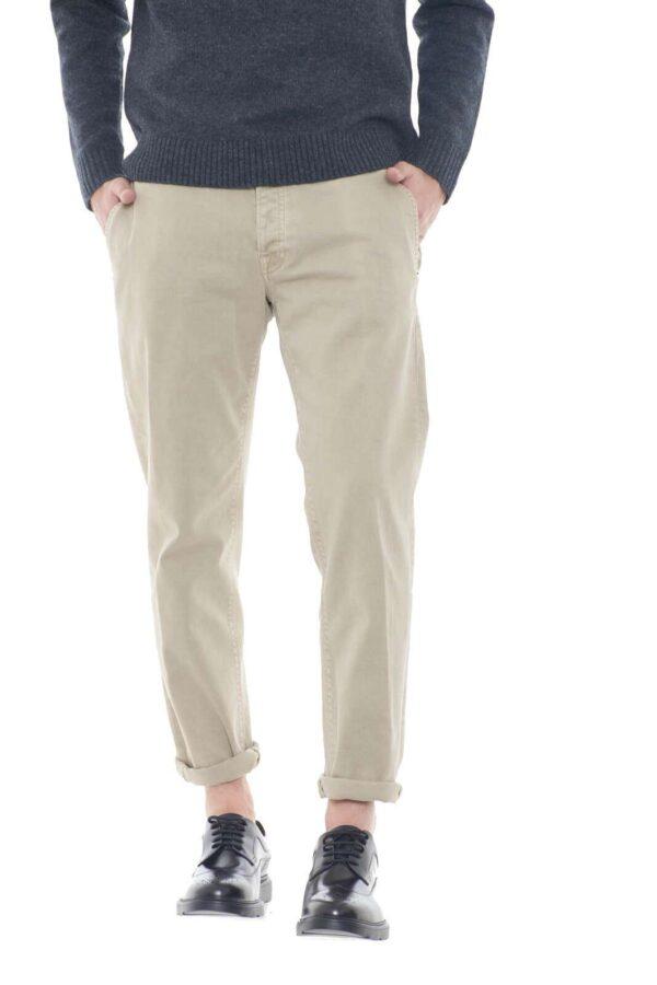 Un pantalone perfetto per outfit eleganti e classici, da indossare per le evenienze più importanti. Di facile abbinamento a camicie e giacche, grazie alla tinta unita, e il colore evergreen, sarà una garanzia di stile.  Il modello è alto 1,80m e indossa la taglia 34.