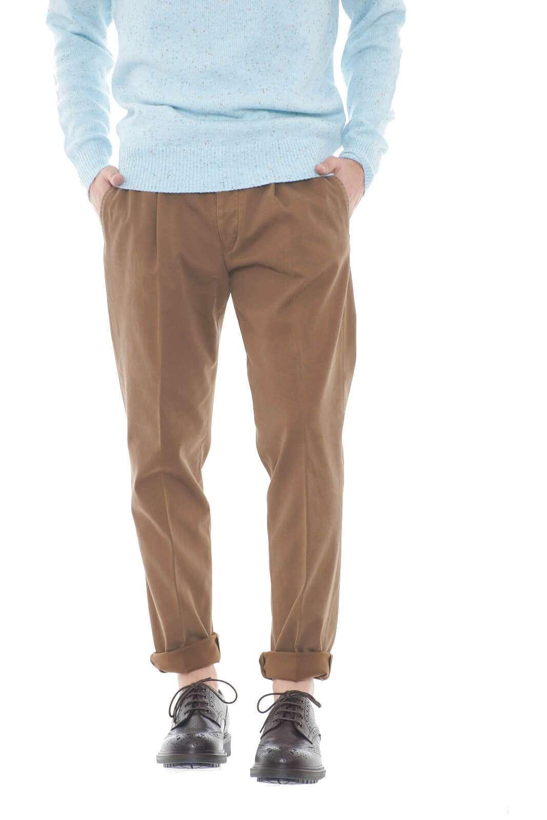 Eleganza e stile per il modello LAWRENCE 2763 firmato Michael Coal. Perfetto per le occasioni più formali, da indossare con giacca e camicia, per look sempre impeccabili.  Il modello è alto 1,80m e indossa la taglia 48.