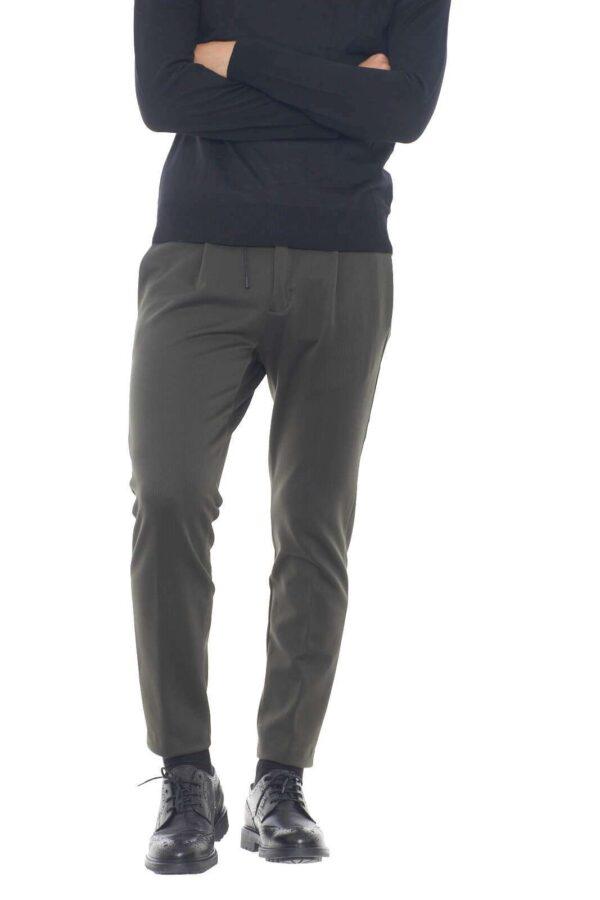 Un pantalone per l'uomo che ama stile e raffinatezza. Il Michael Coal LENNY3534 garantirà uno stile chic e fashion, grazie alla sua vestibilità slim, e la coulisse in vita, per un'aspetto sempre impeccabile.  Il modello è alto 1,80m e indossa la taglia 35.