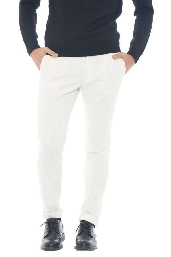 Un pantalone a costine di velluto fashion e versatile quello proposto dalla collezione uomo Tagliatore. Da abbinare con giacche o maglie si impone per il suo stile cool e comodo. la vita elastica e la coulisse permettono il massimo del comfort per un risultato impeccabile.