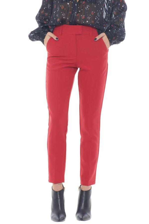 Un pantalone classico e formale, adatto al lavoro, e la routine di tutti i giorni dove abbinato a camicie, o bluse, regalerà uno stile semplice e curato. Per la donna che ama outfit sempre impeccabili, ma allo stesso tempo pratici e versatili.  La modella è alta 1,75m e indossa la taglia 38.