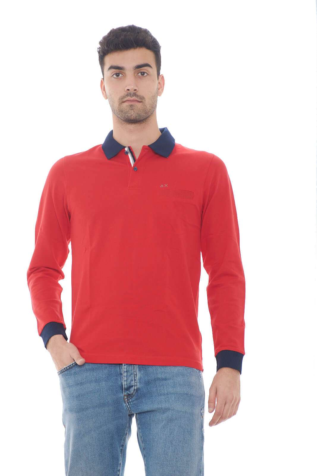 Una polo dal look pratico, perfetto per outfit quotidiani curati e casual. Facile da abbinare ad un semplice jeans, consentirà di sfoggiare uno stile semplice e senza eccessi. Il modello è alto 1,80m e indossa la taglia M.
