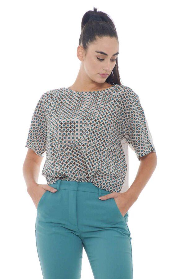 Una blusa essential e fashion la Soledad proposta per la collezione donna Weekend Max Mara. Il doppio tessuto è la caratteristica di questo capo basic e ricercato. La fantasia geometrica è impressa sul tessuto in seta iconico e glamour.