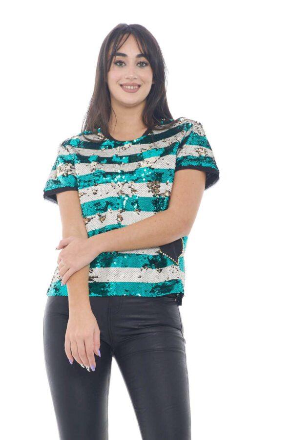 Una maglia a maniche corte, colorata e vivace, quella firmata dalla linea Le Coeur di TwinSet. Perfetta per outfit chic ed informali, per le occasioni più trendy. da indossare con jeans, o pantalone, magari in pelle, come nella nostra proposta, per uno stile sempre in tendenza.  La modella è alta 1,78m e indossa la taglia S.