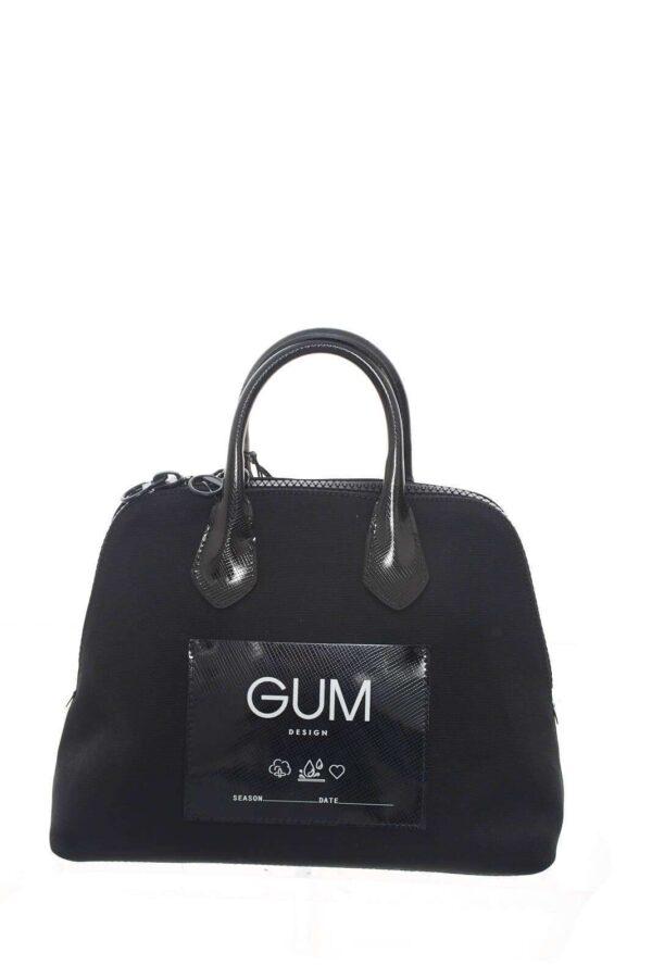 Una borsa semplice e versatile, che può essere indossata sia con una pratica tracolla regolabile, che portata a mano con dei manici rigidi. Perfetta per le occasioni quotidiane, dal lavoro, agli impegni più informali.