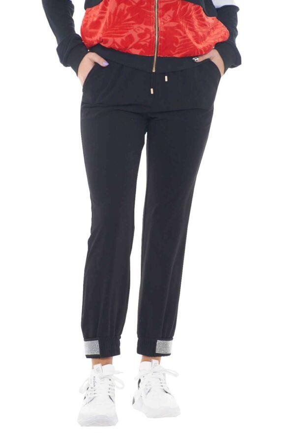 Un pantalone sportivo dalla linea basic per la nuova collezione donna Liu Jo Sport. Il tessuto morbido lo rende comodo e perfetto da indossare anche con un paio di tacchi. Prezioso e versatile risolve con stile ogni look.