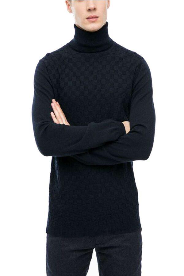 Un maglioncino a collo alto raffinato e ricco di stile, firmato Antony Morato.  Perfetto per outfit formali e chic, dove potrai abbinare giacche e cappotti, per un outfit classico ed elegante.
