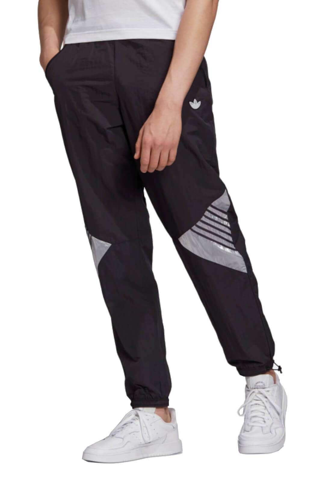 Comodi e quotidiani, i nuovi pantaloni firmati dalla collezione uomo Adidas autunno inverno. Un glamour tessuto tecnico rifinito con dettagli cangianti per esaltare il proprio look. Da indossare con una felpa o una T shirt per gli stili sportwear.