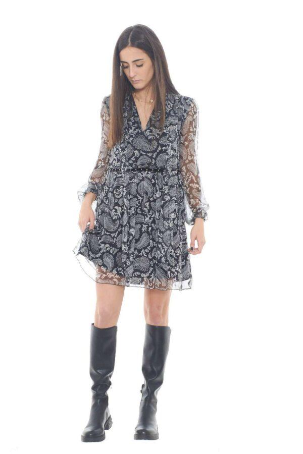 Un abito in pura seta leggero e femminile, firmato Liu Jo. Per la donna che ama i capi più chic ed esclusivi, che puntano tutto su stile e cura dei dettagli. Indossato con una semplice decolletè, garantirà un total look estremamente fashion.  La modella è alta 1,75m e indossa la taglia 40.