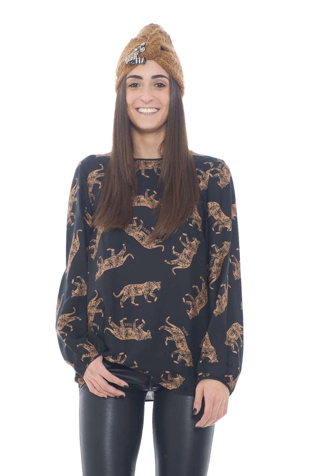 Una blusa in un morbido mix di seta e viscosa, per un fit leggero e lineare. La stampa aggiunge un tocco iconico, per un capo che indossato con jeans, o pantaloni, renderà ogni outfit curato e appropriato.  La modella è alta 1,75m e indossa la taglia 40.
