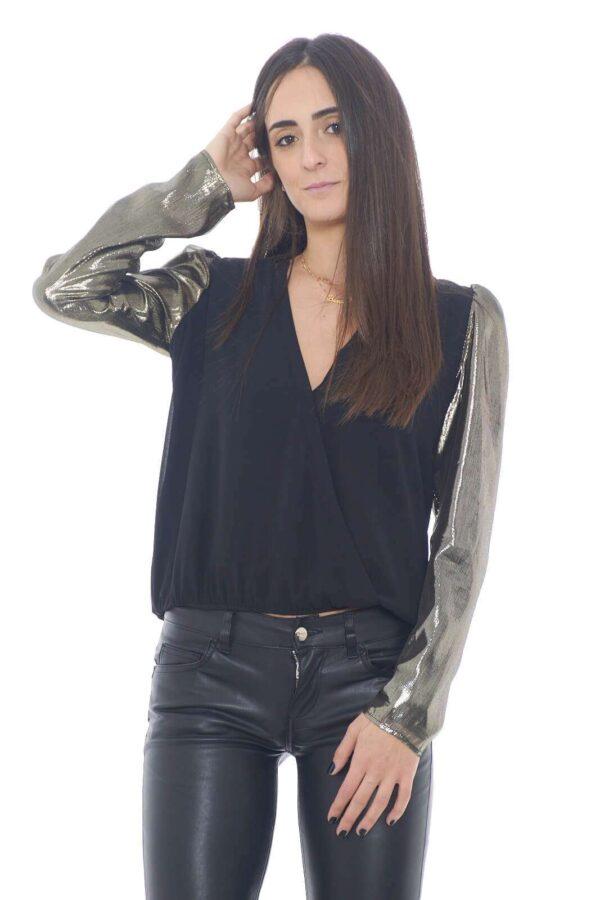 Una maglia Liu Jo in seta, semplice e chic, con le maniche lunghe in lurex, per un tocco moderno, innovativo. Per abbinamenti decisi, e senza mezze misure, come leggings in pelle, o jeans skinny, per un total look femminile e sorprendente.  La modella è alta 1,75m e indossa la taglia 40.