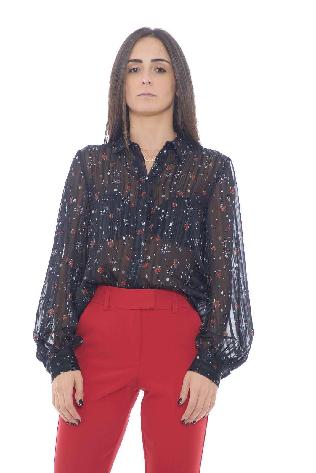 Una camicia firmata Liu Jo, femminile e raffinata, realizzato con un tessuto velato leggero e morbido. Ideale per look semplici e glamour, dove conquisterai tutti con stile e semplicità.  La modella è alta 1,78m indossa la taglia 40.