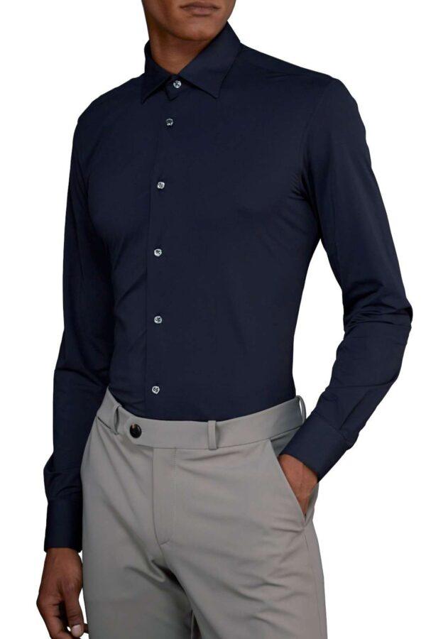 Scopri l'iconica camicia uomo firmata dalla collection RRD. Il tessuto stretch dona un tocco di confort e fashion per rendere questo capo un essential. Da indossare con ogni look, si impone sia su outfit eleganti che casual.