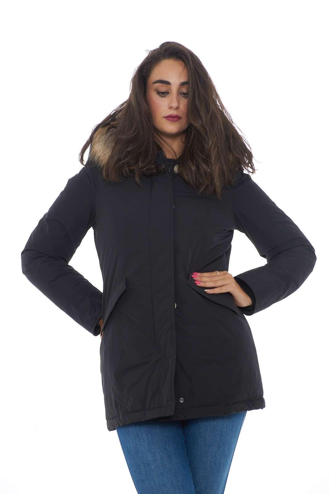 Un capo evergreen l'arctic parka luxury proposto dalla collezione donna Woolrich. Il comodo tessuto si impone su un'imbottitura in piuma e piumino calda e confortevole. Indicato per le fredde giornate invernali è un capo essenziale ed eterno.