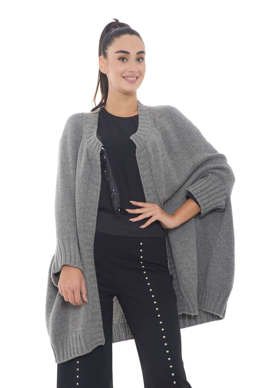 Un cardigan caldo e confortevole, quello firmato Isabella Clementini. Ideale da indossare sopra maglioncini o bluse, per completare outfit sempre di tendenza.  La modella è alta 1,78m e indossa la taglia S.