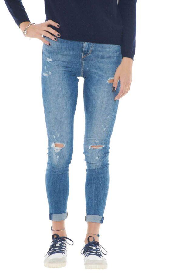 Un jeans moderno e femminile, perfetto per outfit quotidiani, trendy e alla moda. La vestibilità slim, fa risaltare con stile la silhouette, per un total look sempre impeccabile.  La modella è alta 1,75m e indossa la taglia 25.
