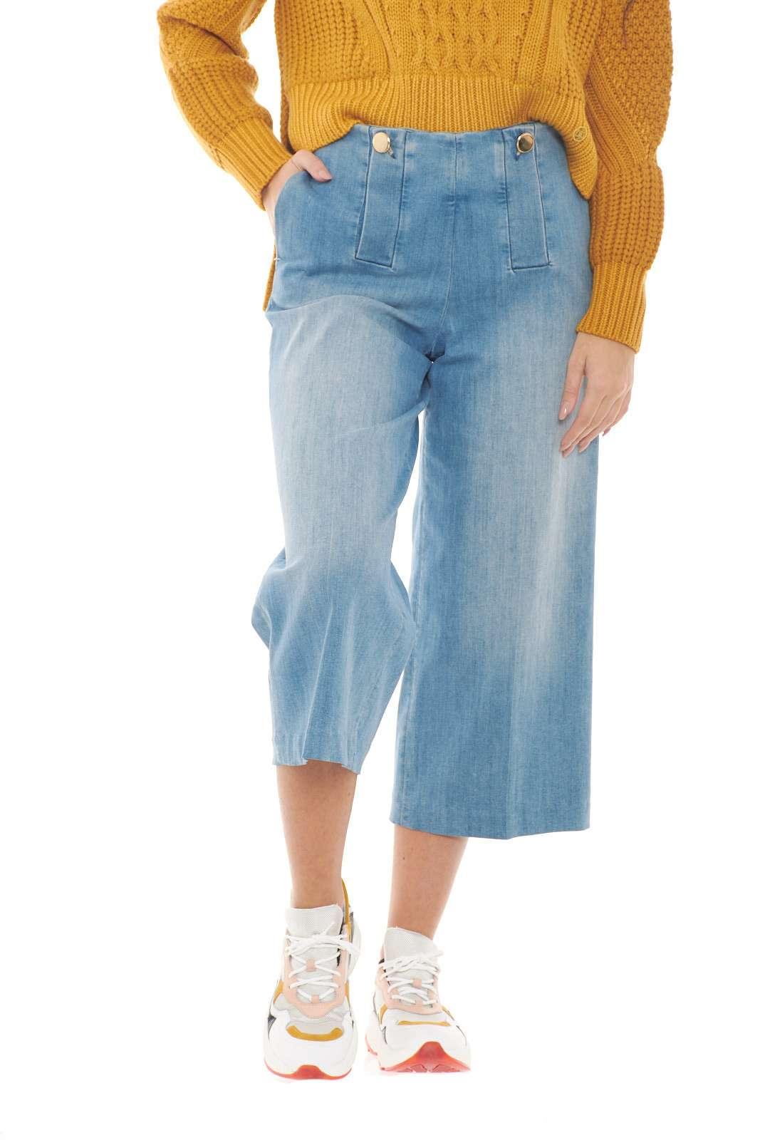 Un pantalone chic e alla moda, con un effetto denim moderno e spiritoso.  Il modello cropped, renderà ogni abbinamento glamour e e fashion, per outfit sempre di tendenza.    La modella è alta 1,78m e indossa la taglia 40.