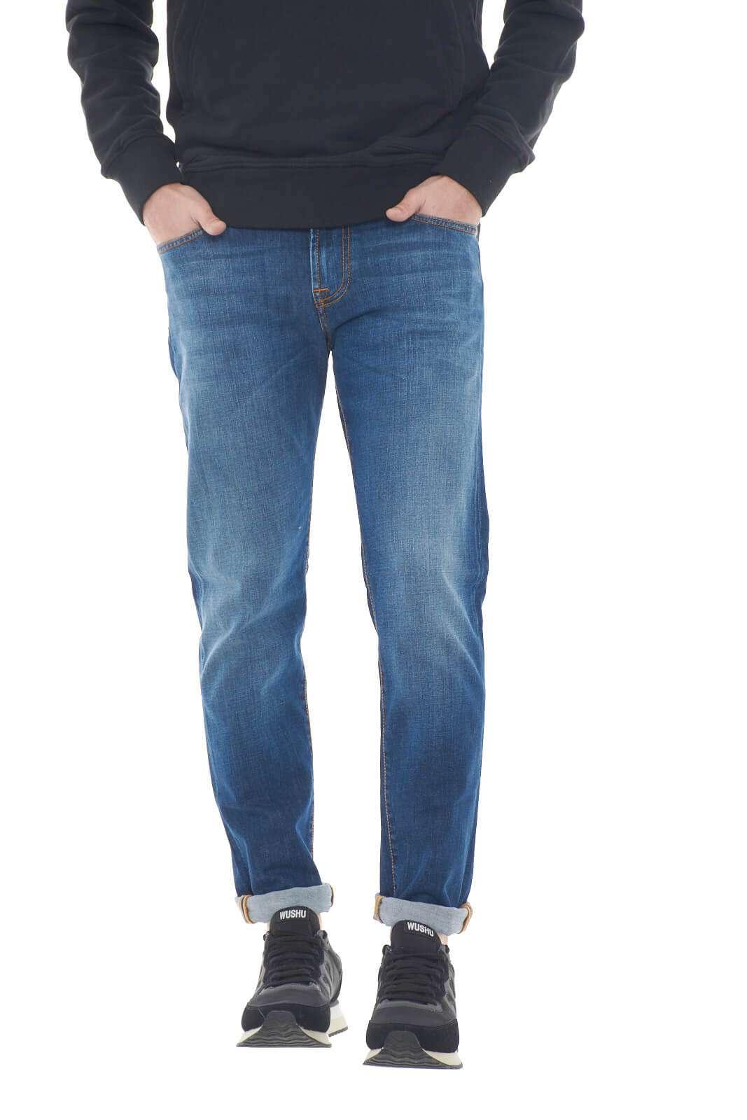 Un jeans dal tocco quotidiano il nuovo Joice proposto dalla collezione uomo Roy Rogers. Pulito nella colorazione si impone per il suo stile minimal dalla vestibilità slim. Da indossare con ogni stile è un essential per ogni look.