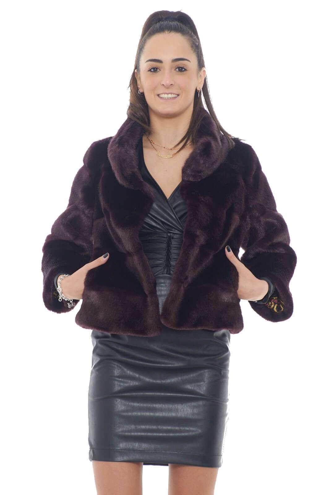 Una giacca chic e raffinata, interamente realizzata in pelliccia ecologica, per regalare ad ogni look un tocco glamour e modaiolo. L'ideale da indossare sopra abiti e vestitini, per le tue serate più esclusive.  La modella è alta 1,75m e indossa la taglia 40.