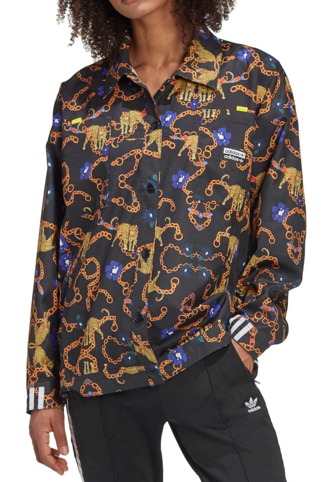 Una giacca dal prezioso stile quotidiano la proposta per la collezione donna Adidas. Un taglio maschile impreziosito dalla stampa multicolore e dall'iconico logo del brand. Da abbinare agli outfit quotidini per un look glamour.