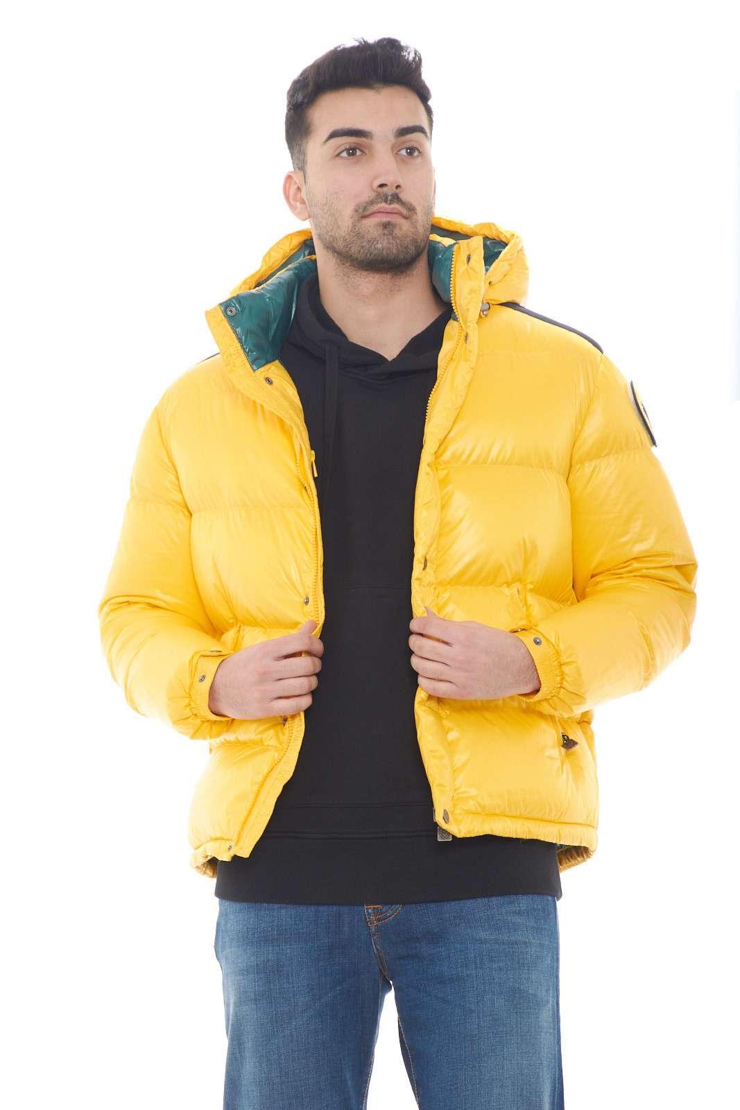 Un giubbino pieno di stile, il modello KOBY firmato da Ciesse Piumini. Perfetto per look chic e curati, dove manterrai un aspetto curato e iconico. L'imbottitura in piuma d'anatra poi, garantisce comfort e protezione dal freddo dell'inverno.  Il modello è alto 1,80m e indossa la taglia M.   Il modello è alto 1,80m e indossa la taglia 48.