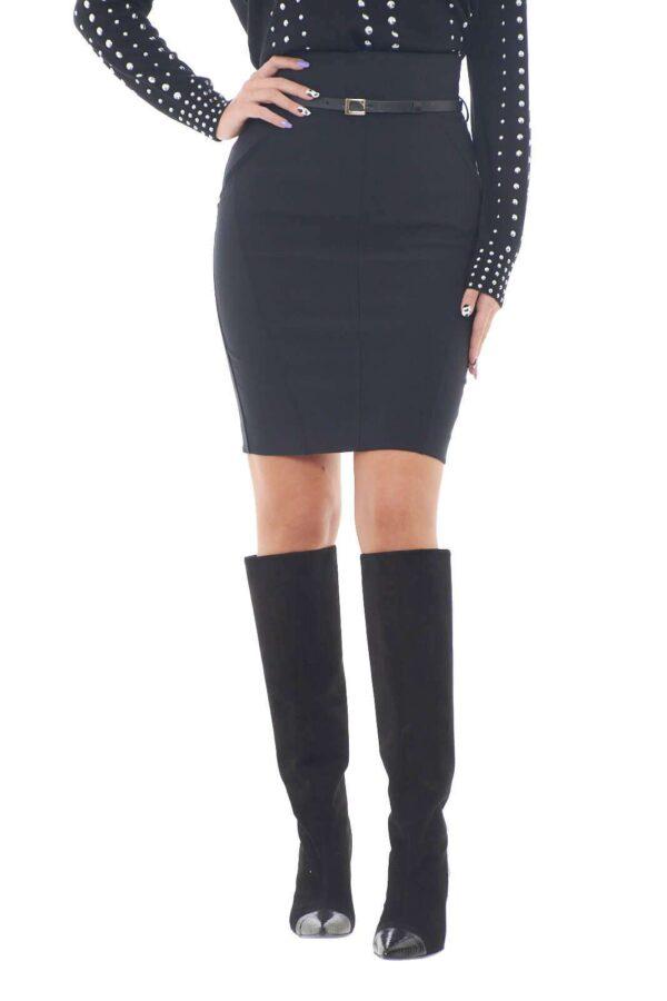 Una gonna elegante e formale, proposta da Atos Lombardini, per i tuoi outfit più eleganti. La vita alta, si presta alla perfezione per abbinamenti con bluse morbide o camicie. Con la cintura abbinata poi, renderai ancora più trendy ogni look.  La modella è alta 1,78m e indossa la taglia 40.