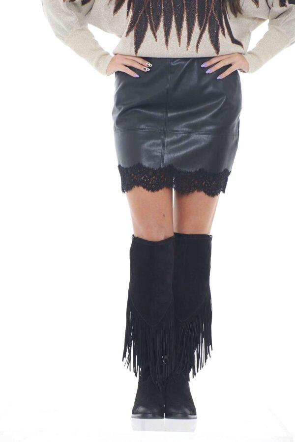 Una minigonnna chic e sensuale, firmata Patrizia Pepe. Perfetta per outfit audaci e all'ultima moda, dove conquisterai grazie all'inserto in pizzo, e alla vestibilità slim.  La modella è alta 1,78m e indossa la taglia 42.