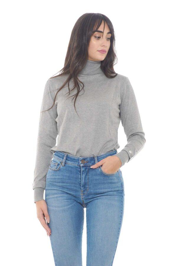 Un maglioncino pratico e versatile, quello firmato Gaudi.  Perfetto per outfit quotidiani casual ma curati.    La modella è alta 1,78m e indossa la taglia S.