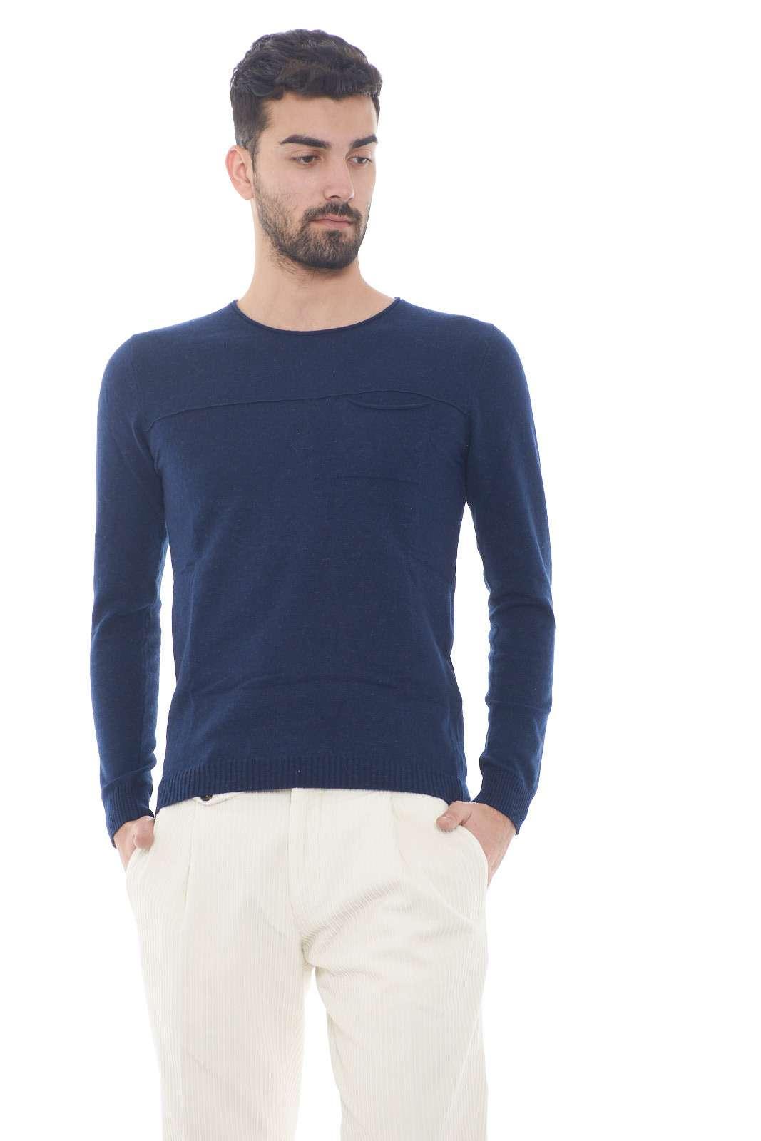 Una maglia pratica e versatile, perfetta per look quotidiani sempre curati e impeccabili. Da indossare con jeans e sneakers, per outfit casual e alla moda.
